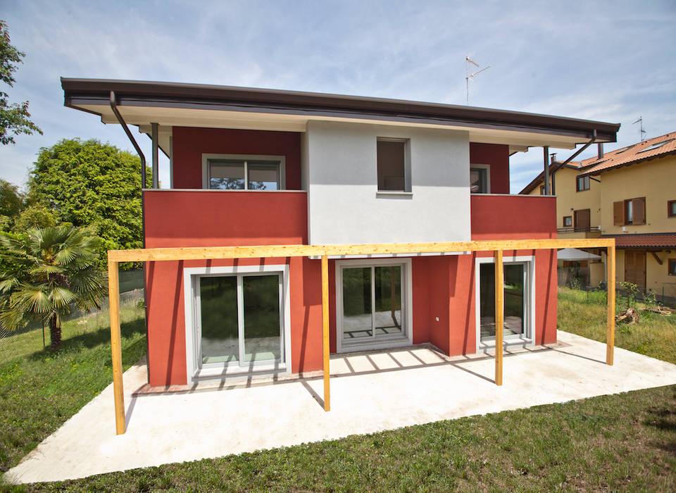 Casa in legno a Vizzola Ticino, Varese: Casa di legno in stile  di Novello Case in Legno