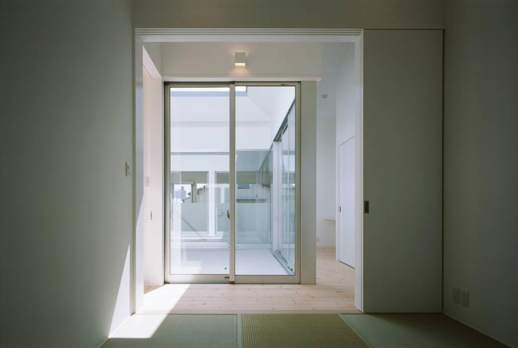 切妻と中庭の家 – 縦長の敷地で、すべての部屋に直接光を届ける –: atelier mが手掛けた和室です。