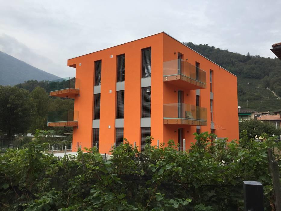 Condominio in legno nel Canton Ticino, Lamone: Casa prefabbricata  in stile  di Novello Case in Legno