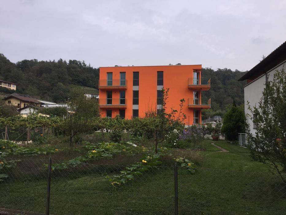 Condominio in legno nel Canton Ticino, Lamone: Casa di legno in stile  di Novello Case in Legno
