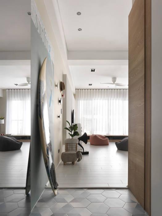 木星上的北歐幻想:  走廊 & 玄關 by 賀澤室內設計 HOZO_interior_design