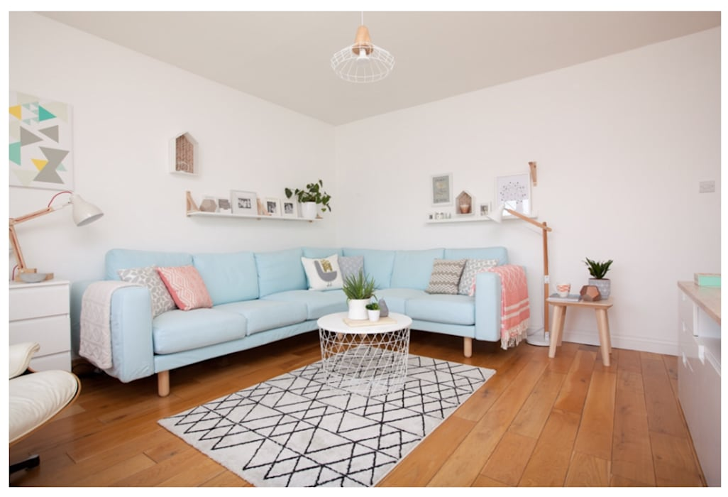 Scandinavian coastal style - scandi:  Living room by THE FRESH INTERIOR COMPANY