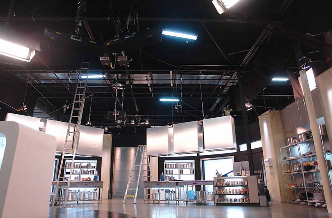 Estudios de Televisión Fox- Telecolombia Estudios y despachos de estilo clásico de Coestructural sas Clásico Metal