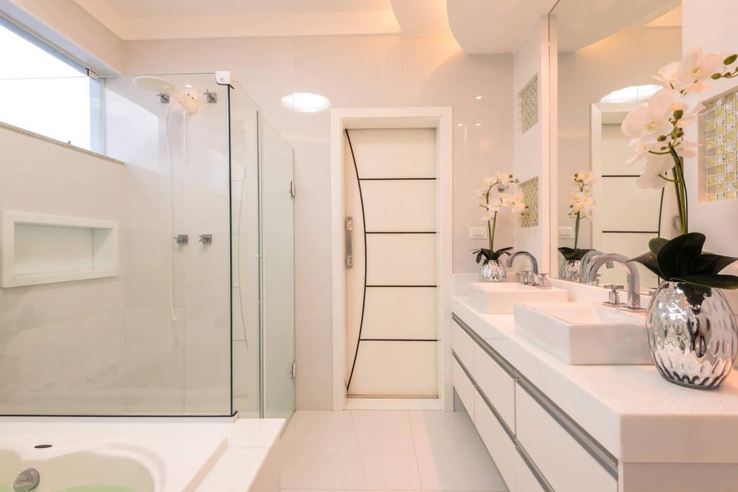 Casa Novo Mundo: Banheiros  por Designer de Interiores e Paisagista Iara Kílaris