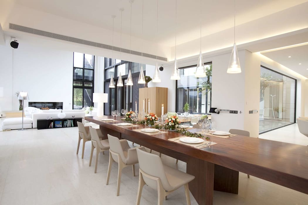 The Lake Dragon:  Dining room by Clifton Leung Design Workshop,