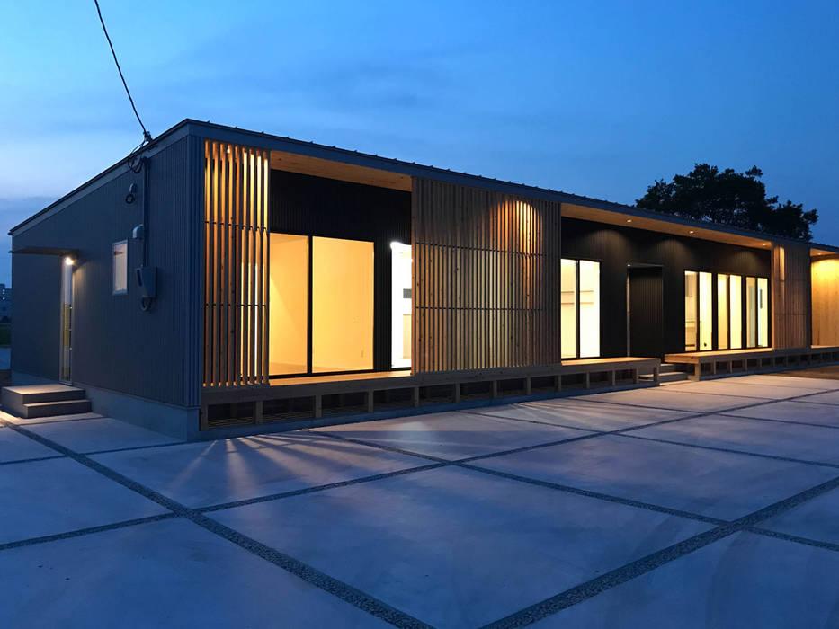 平屋の二世帯住宅のライトアップ: KAWAZOE-ARCHITECTSが手掛けた家です。,