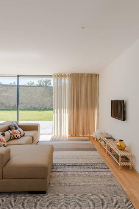 Minimalistische Wohnzimmer von homify Minimalistisch Holz Holznachbildung