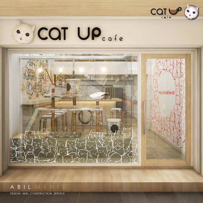 ก่อนมาต้องเจอ . . . ด้านหน้าทางเข้าของ Cat Up Cafe' (แคทอัพ คาเฟ่):  ร้านอาหาร โดย Abilmente Co.,Ltd, มินิมัล กระจกและแก้ว