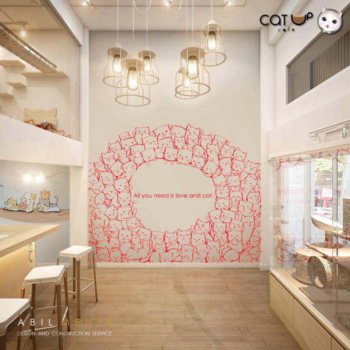 บรรยากาศชั้นล่างของ Cat Up Cafe' (แคทอัพ คาเฟ่):  ร้านอาหาร โดย Abilmente Co.,Ltd, มินิมัล