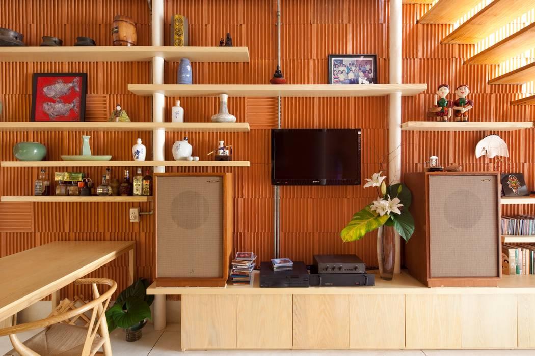 3x9 house:  Phòng khách by a21studĩo,