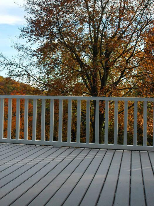 Herbststerrasse mit grauen WPC Terrassendielen:  Terrasse von MYDECK GmbH