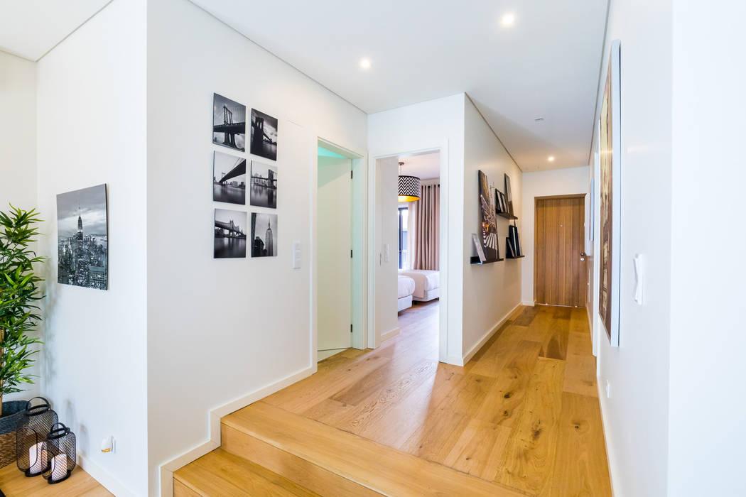 Bairro Alto - Apartamento T2: Corredores e halls de entrada  por Sizz Design