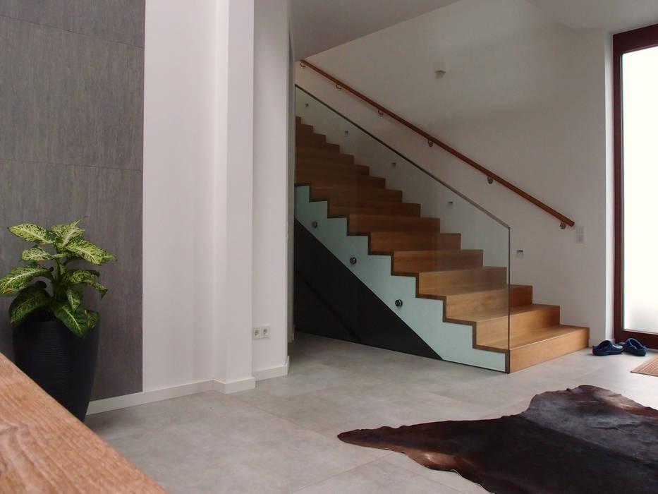Eingangsbereich Mit Treppe In Obergeschoss Moderner Flur