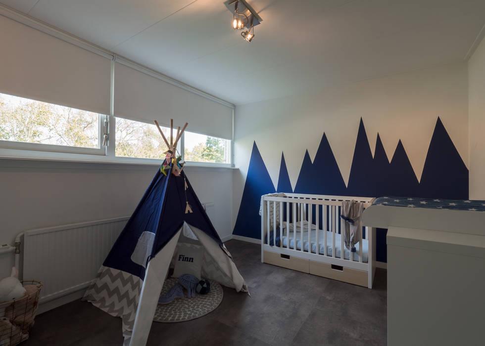 Modern sfeervol interieur in vrijstaande woning babykamer door