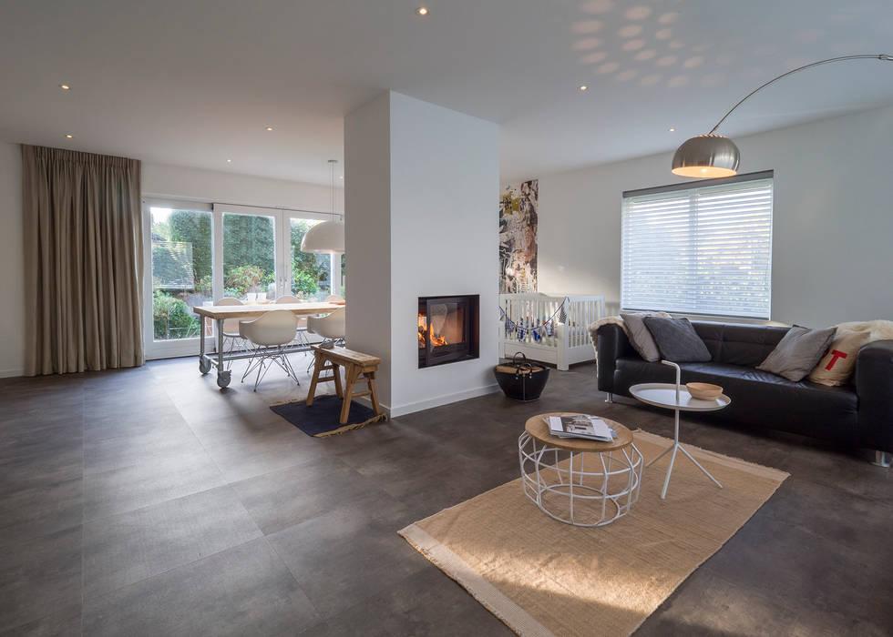 Modern Interieur Woonkamer : Modern & sfeervol interieur in vrijstaande woning: woonkamer door by