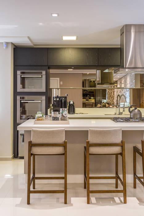 Cozinha Integrada em Ilha: Cozinhas  por Juliana Agner Arquitetura e Interiores,Moderno