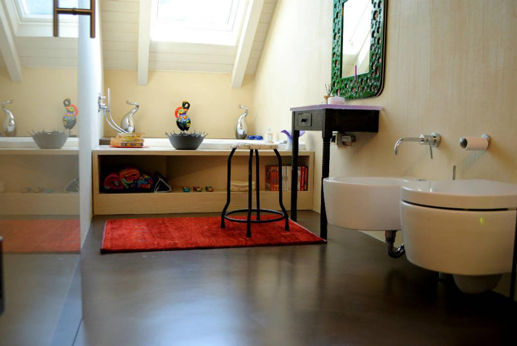 Pavimento in resina - zona bagno: Bagno in stile in stile Moderno di Due Punto Zero