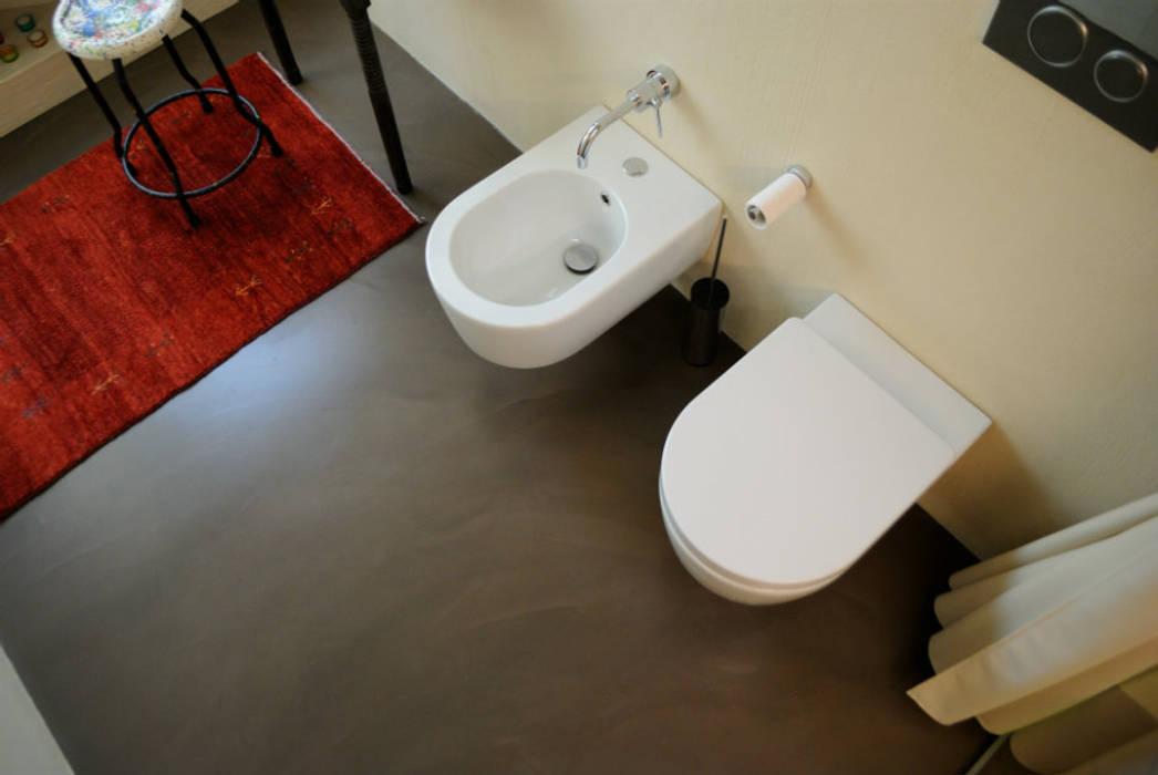 Pavimento in resina del bagno: Bagno in stile in stile Moderno di Due Punto Zero