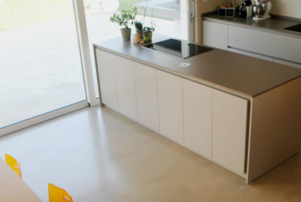 Pavimento in resina – cucina: cucina in stile di due punto zero   homify
