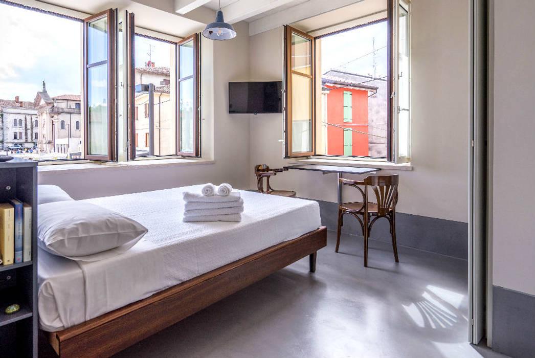 Pavimento in resina grigio: camera da letto in stile di due ...