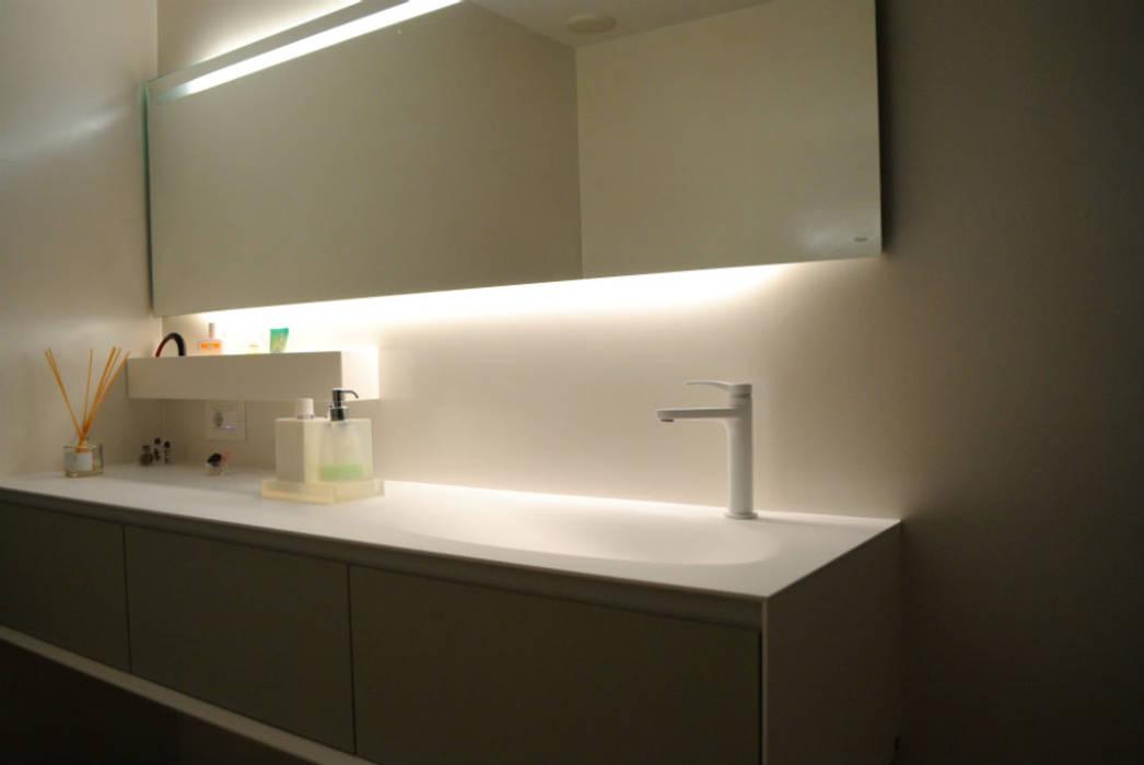 Parete bagno: Bagno in stile in stile classico di Due Punto Zero