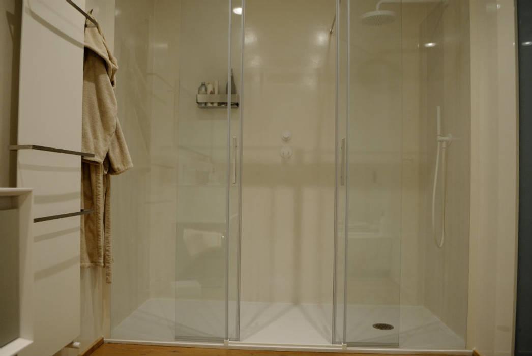 box doccia rivestito in resina: Bagno in stile in stile classico di Due Punto Zero