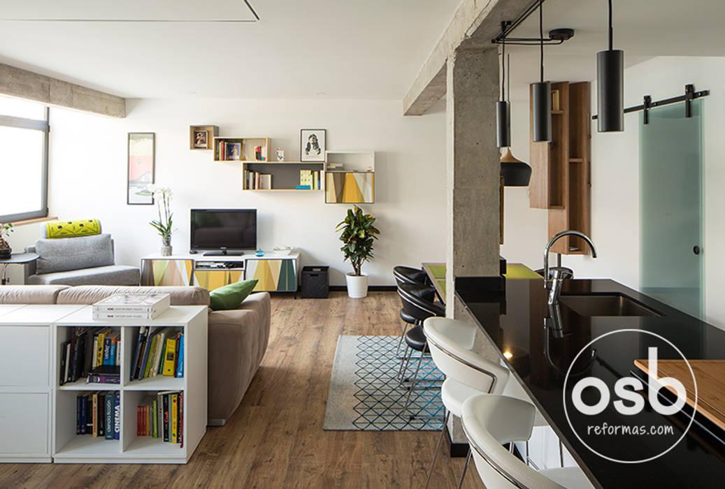 Vista del salón - comedor - cocina.: Comedores de estilo  de osb arquitectos