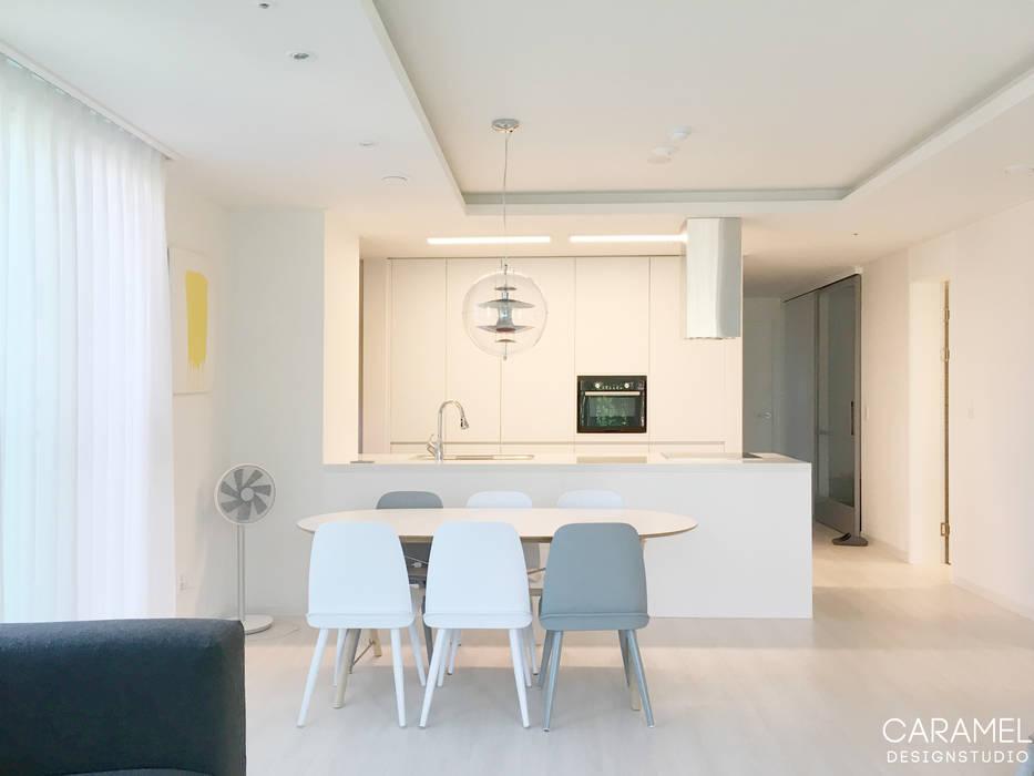카라멜 디자인 스튜디오 Cocinas de estilo minimalista Blanco