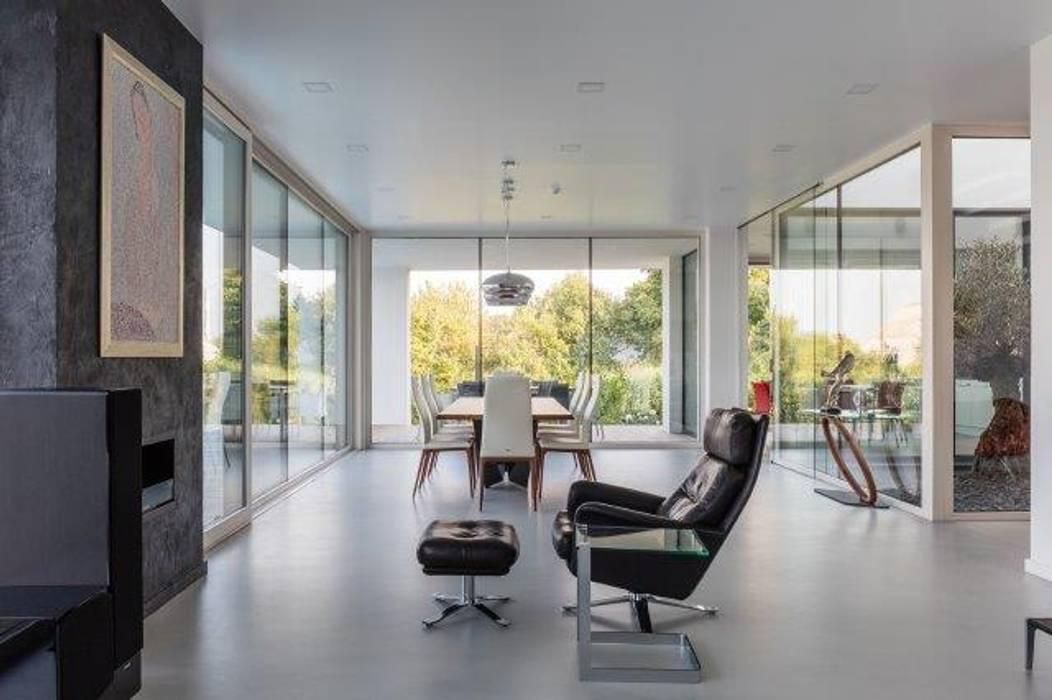 Continuità ed eleganza design: Soggiorno in stile in stile Moderno di IDEAL WORK Srl