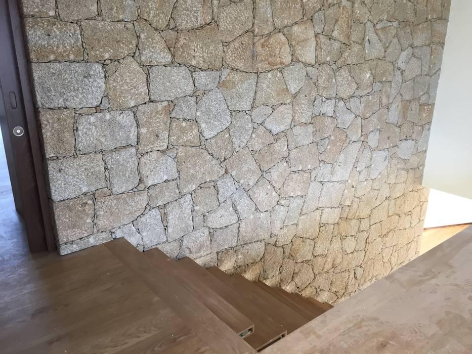 House IA | Barcelos Paredes e pisos minimalistas por Cláudia Pinto Silva . arquitecta Minimalista