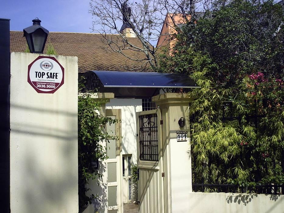 Gable roof by Dartora Esquadrias Metálicas