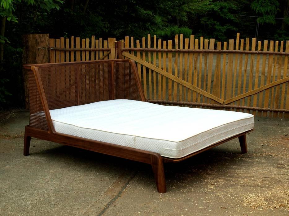 Bett mit einem kopfteil aus rattan: schlafzimmer von holzarbeiten ...