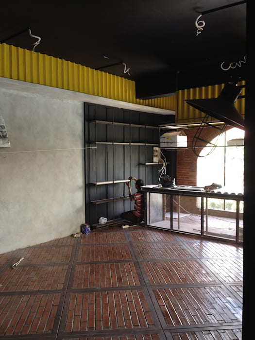 Cafe and Bar: Lantai oleh Chromatic Interior, Industrial