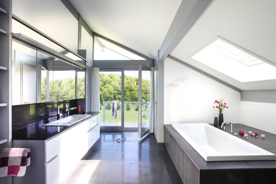 Kundenhaus Friedrichsen - Familienvilla mit Innen-Pool:  Badezimmer von DAVINCI HAUS GmbH & Co. KG
