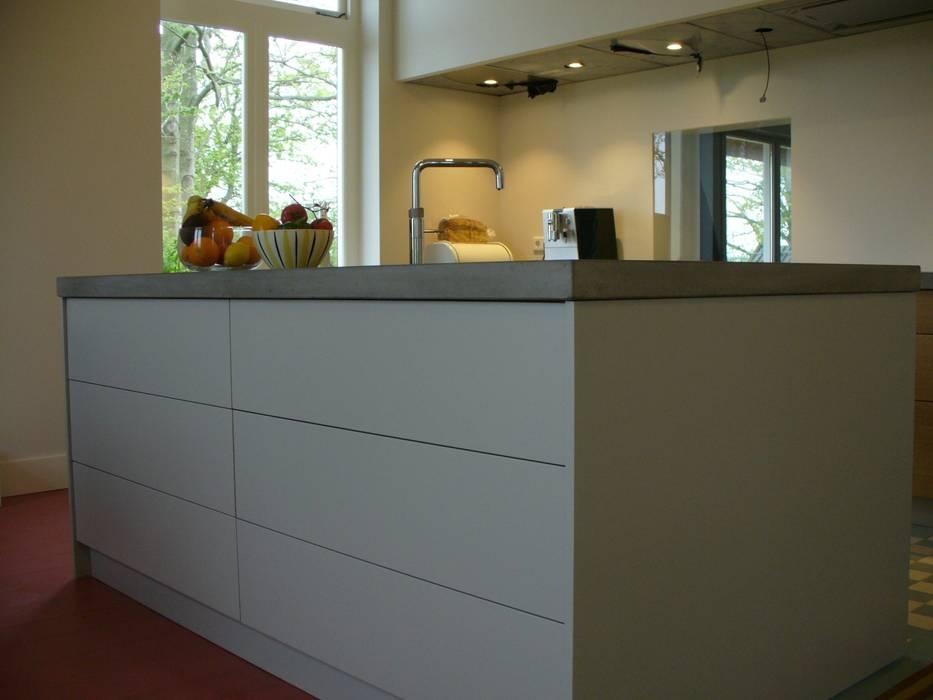 Keuken Beton Moderne : Keukeneiland met betonnen blad en inbouwcooker moderne keuken