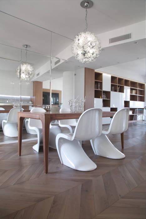 Tavolo da pranzo: Sala da pranzo in stile in stile Moderno di DELFINETTIDESIGN