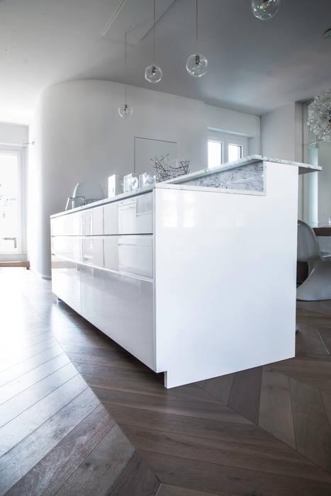 Isola cucina Cucina moderna di DELFINETTIDESIGN Moderno Legno Effetto legno