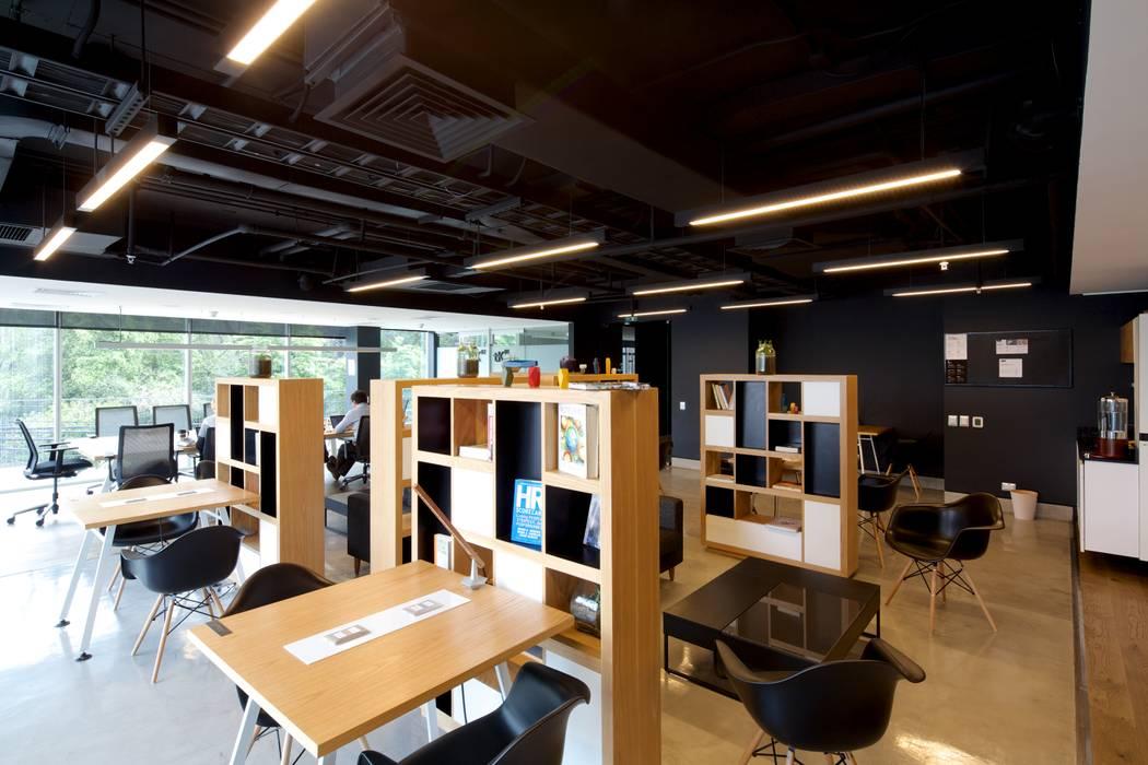 Scandinavian style offices & stores by 2712 / asociados Scandinavian