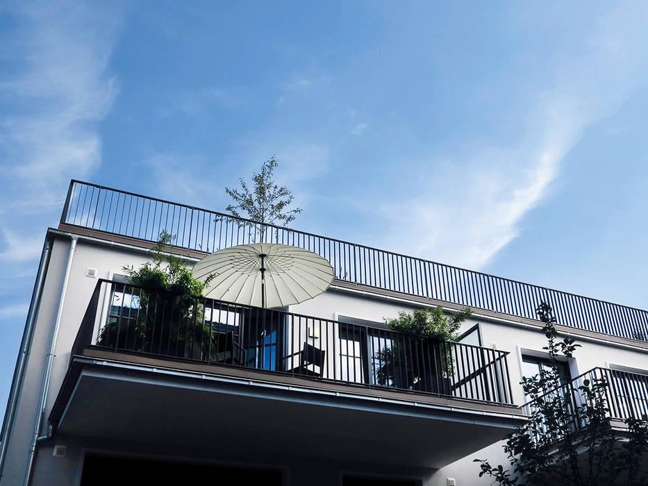 Große Wohnbalkone mit Verkleidung aus WPC:  Terrasse von MYDECK GmbH