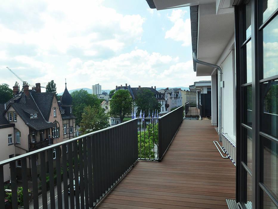 Umlaufender Balkon mit MYDECK WPC Balkondielen:  Terrasse von MYDECK GmbH