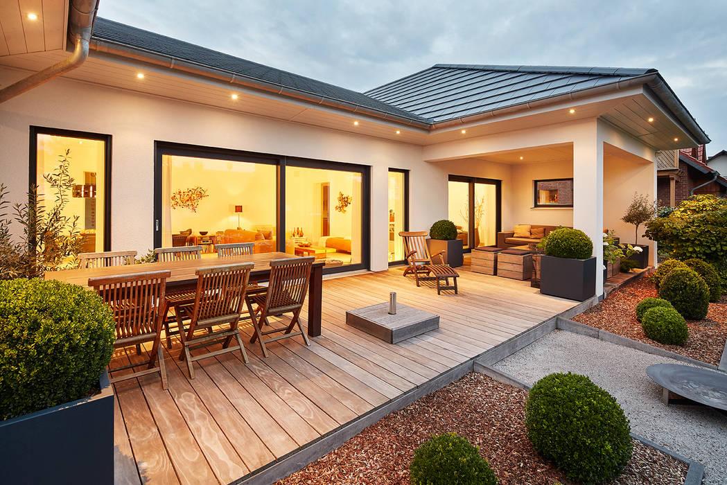 LUXHAUS Kundenhaus 01:  Terrasse von Lopez-Fotodesign,Modern