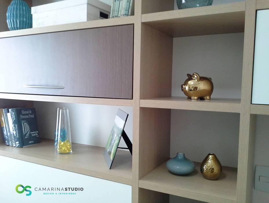 Escritório clean e colorido Escritórios modernos por Camarina Studio Moderno