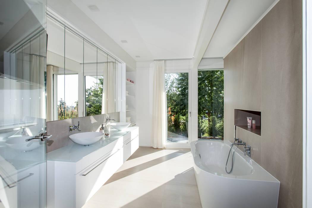 Haustraum mit Wohlfühlfaktor: moderne Badezimmer von DAVINCI HAUS GmbH & Co. KG