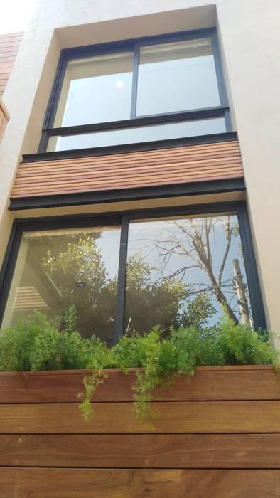 fachada trasera Casas modernas de Onice Pisos y Decoracion Moderno Compuestos de madera y plástico
