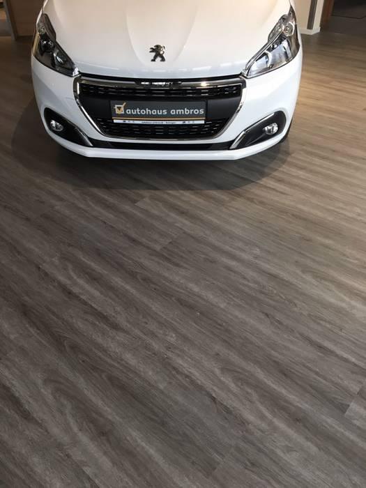 Concessionaria d'auto con nuovo pavimento CORETEC effetto legno: Concessionarie d'auto in stile  di ONLYWOOD