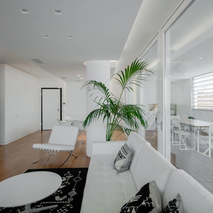 Modern penthouse | Attico Moderno - shades of white and teak: Soggiorno in stile in stile Moderno di DomECO