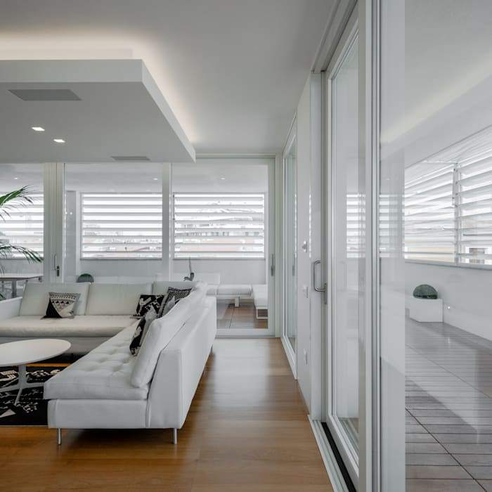 Modern penthouse | Attico Moderno - shades of white and teak: Soggiorno in stile in stile Moderno di DomECO