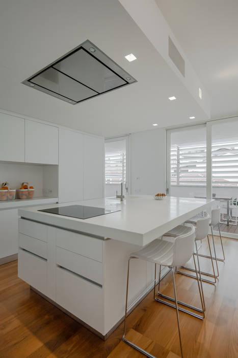Modern penthouse | Attico Moderno - shades of white and teak: Cucina attrezzata in stile  di DomECO