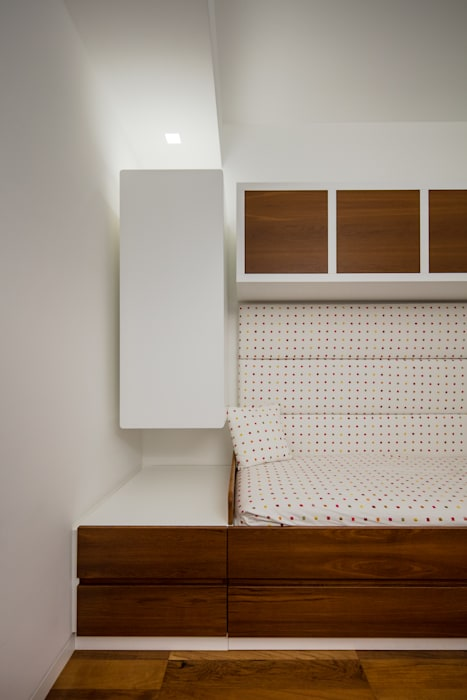 Modern penthouse   Attico Moderno - shades of white and teak: Camera da letto in stile in stile Moderno di DomECO