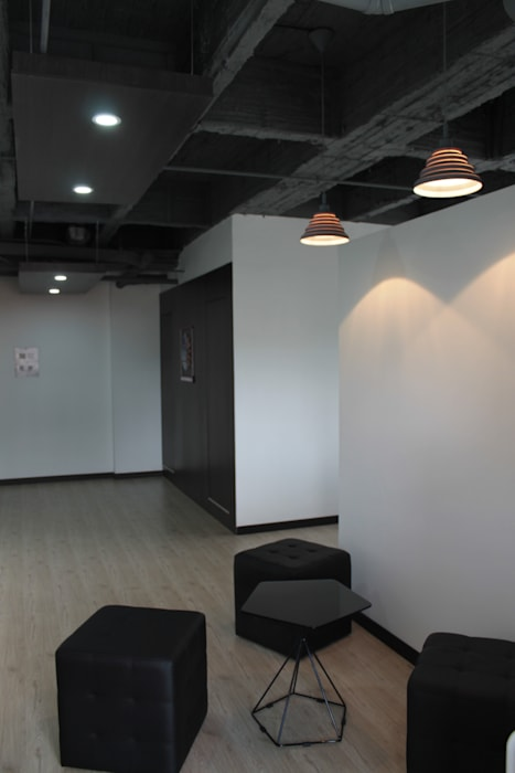 Punto Café - Baños Ocultos Estudios y despachos de estilo industrial de Bustos + Quintero arquitectos Industrial Madera Acabado en madera